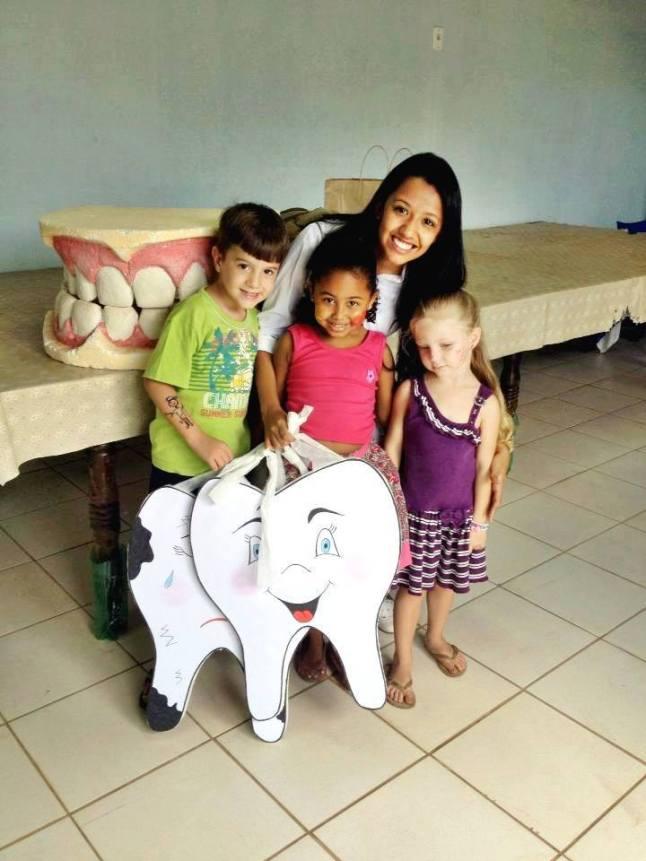 Paôla com crianças de dentinho