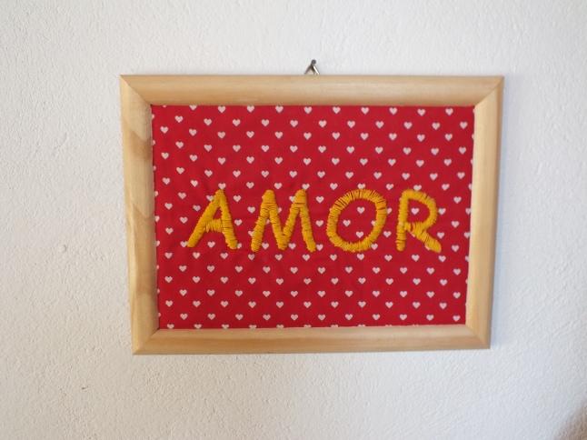 """Aqui eu bordei a palavra amor num tecido de algodão que forrei com manta acrílica e enquadrei numa moldura """"xing ling"""""""